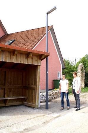 Stadt Teublitz erhöht die Schulwegsicherheit mit Lampe beim Bushäuschen
