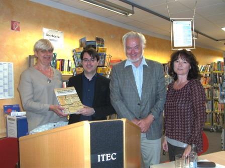 Buch über jüdisches Leben in Schwandorf an Stadtbibliothek Teublitz überreicht
