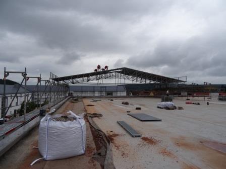 Neuaufbau des Daches der Dreifachsporthalle nimmt Fahrt auf