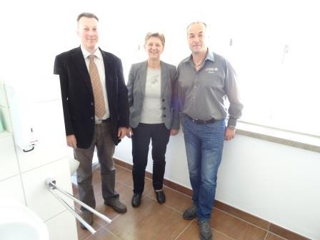 Altes Schulhaus in Münchshofen erhielt neue Sanitäranlagen – Dank an Firma Fliesen Spitzner