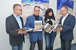 """Übergabe der komplett neu konzipierten Broschüre """"Main-Tauber-Kreis – ein Wegweiser"""" im Landratsamt"""