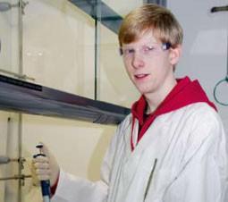 Interview: Jon Henrik Both (21) über die Ausbildung zum Chemielaboranten