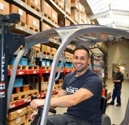 Interview: Rinor Muzlijaj (24) über die Ausbildung zur Fachkraft für Lagerlogistik