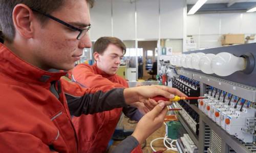 Interview: Dominik (20) und Timo (18) über die Ausbildung zum Elektroniker für Betriebstechnik